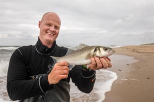 Zeebaarsvissen vanaf het strand in VISblad TV (video)